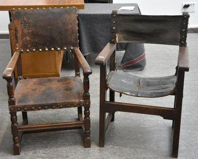 Deux fauteuils à bras en chêne, les assises...