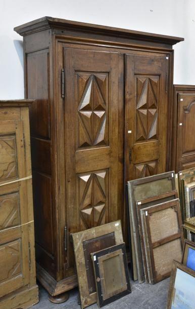 Armoire en bois naturel, les portes pointes...