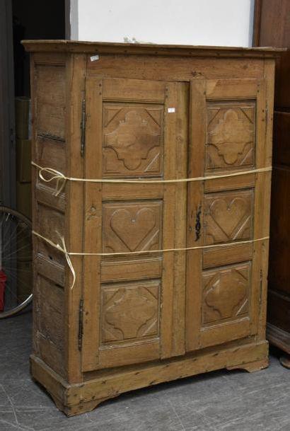 Petite armoire en bois naturel, les portes...