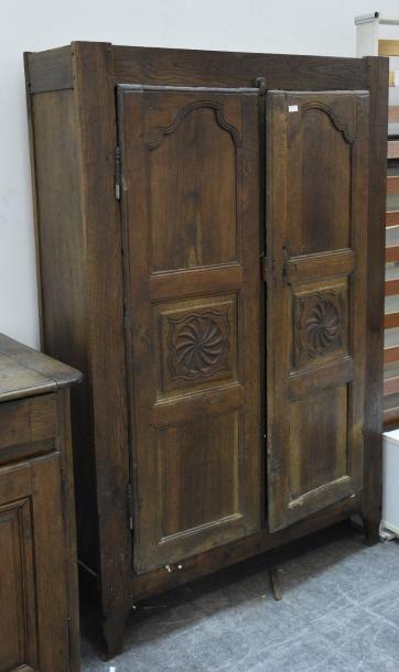 Une armoire à panneaux moulurés de rosaces...