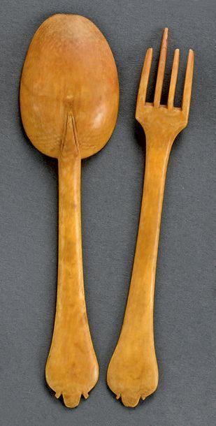 Rare couvert en ivoire composé d'une cuillère et d'une fourchette à quatre dents...