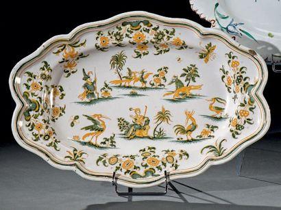 MOUSTIERS - Manufacture Olérys-Laugier Beau plat ovale mouvementé en faïence à décor...