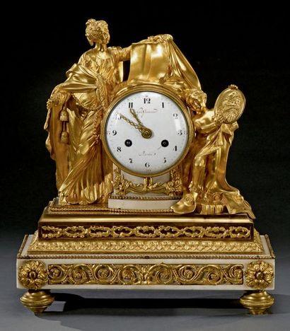 Pendule en marbre blanc et bronze doré flanquée...