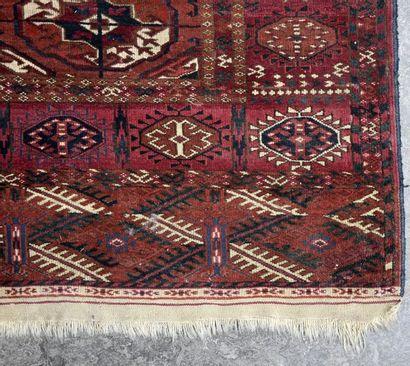 BOUKHARA ancien Tapis à décor de trois rangées...