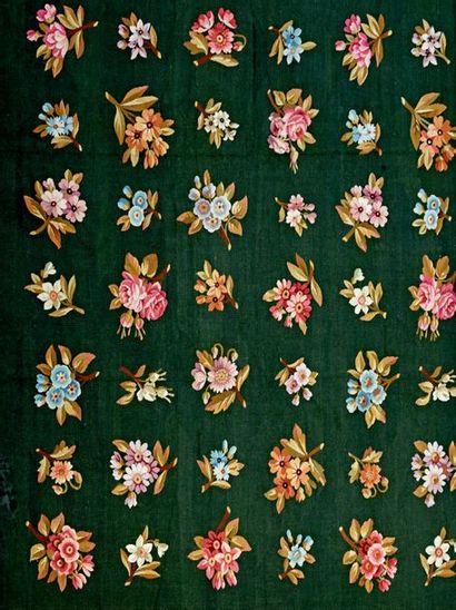 AUBUSSON Très grand tapis à point plat, décor de semis de fleurs polychromes sur...