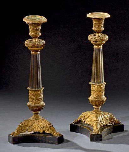 Paire de flambeaux en bronze doré et feuillagé...