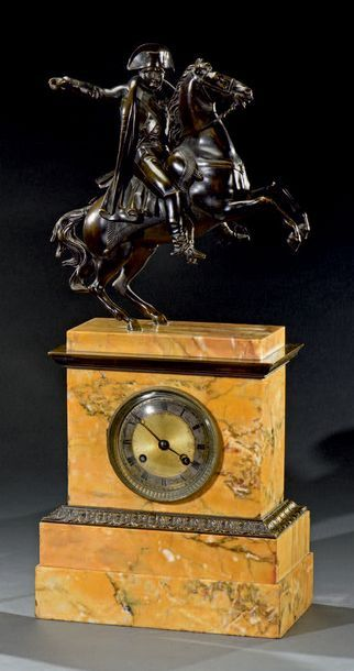 Pendule borne en marbre jaune de Sienne et...