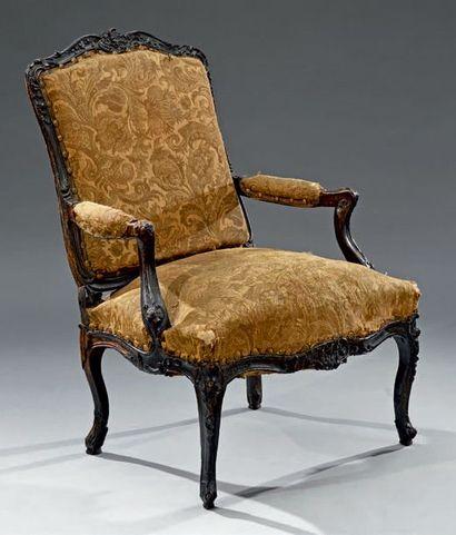 Grand fauteuil à dossier plat en noyer teinté....