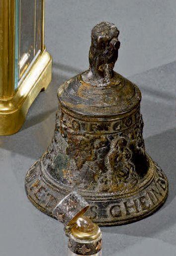 Petite cloche en bronze patiné, la prise...