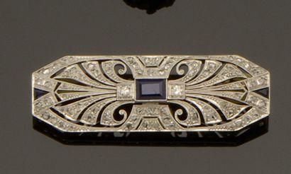 Broche plaque en platine (850/°°) à décor...