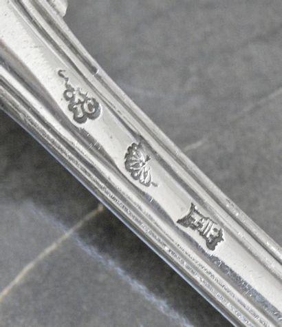 Belle cuillère à saupoudrer en argent modèle filets coquille, le cuilleron bordé,...