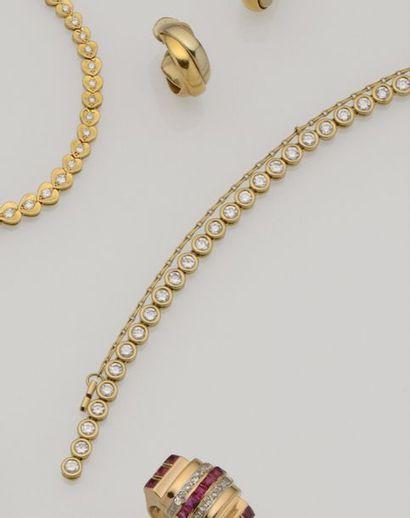 Bracelet ligne en or jaune 18K (750/°°) orné...