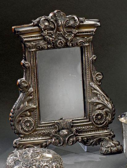 Petit miroir de table en argent repoussé, rectangulaire accosté de deux consoles...