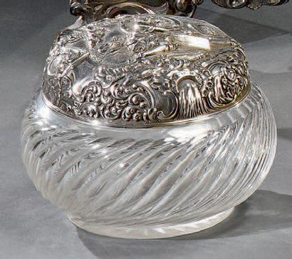 Bonbonnière en cristal taillé à côtes torses....