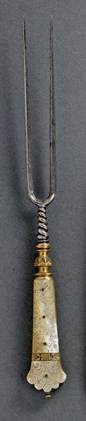 Belle fourchette en acier à deux dents et attache torsadée, le manche évasé terminé...