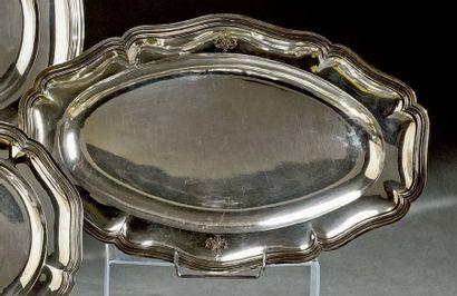 Grand plat ovale en argent à filets contours,...