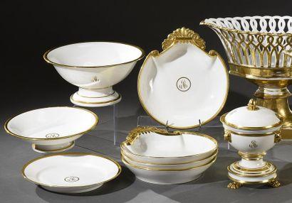 Ensemble en porcelaine blanche et or portant...