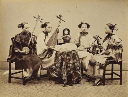 CHINE, 1876 Exceptionnel album in-folio de 47 pages réunissant 52 épreuves albuminées...