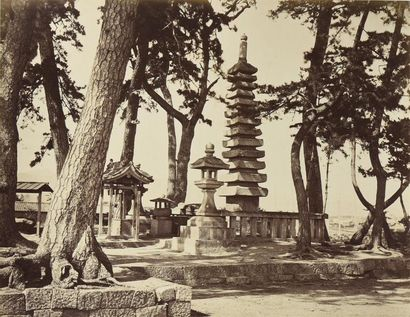 JAPON, 1876 Remarquable album in-folio réunissant de 68 pages réunissant 131 épreuves...