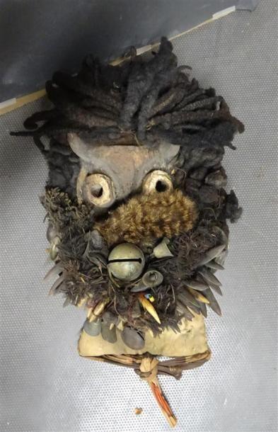 GUERE- COTE D'IVOIRE Masque en bois sculpté et rotin ou osier tressé, agrémenté...