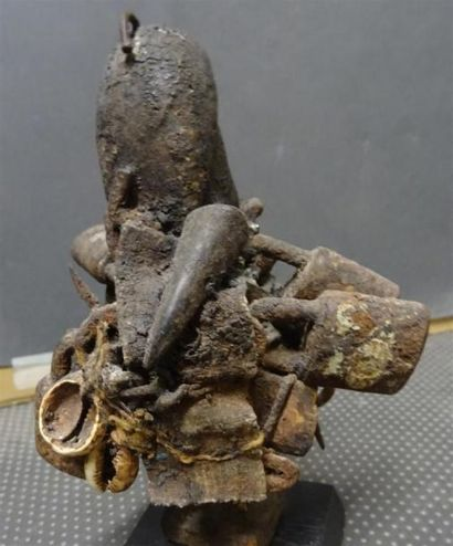 FON - BENIN Statuette en bois sculpté patiné figurant une femme à laquelle est attaché...