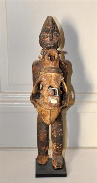 FON - BENIN Statuette en bois scupté agrémentée...
