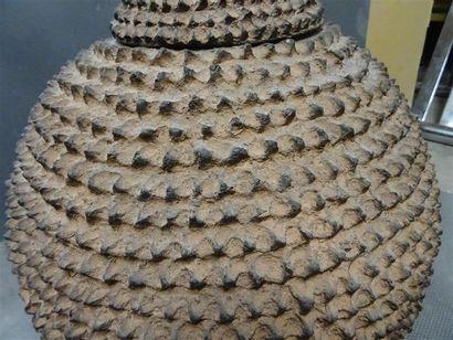 LOBY - BURKINA FASO Grand récipient couvert sphérique en terre cuite à décor hérissé,...
