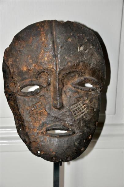 LEGA - CONGO Masque en bois sculpté et patiné...