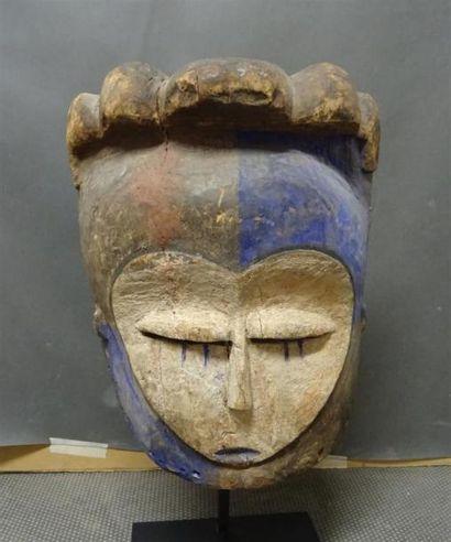 KWELE - CONGO Masque en bois sculpté polychrome figurant un visage H. 31 cm