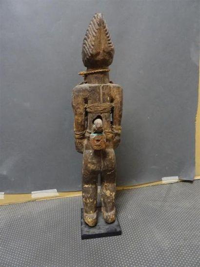 FON - BENIN Statuette en bois scupté agrémentée d'un crâne d'animal, et deux cadenas...