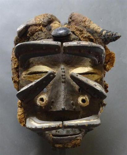 GUERE - COTE D'IVOIRE Important masque en bois sculpté polychrome figurant un homme...