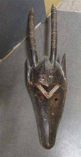 BOBO - BURKINA FASO Masque en bois sculpté polychromme figurant une tête d'animal...