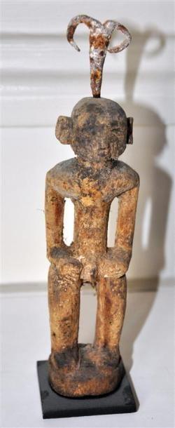 FON - BENIN Suite de trois statuettes vaudou en bois sculpté patiné figurant des...