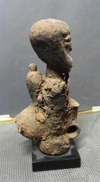 FON - BENIN Petite sculpture en bois et terre séchée d'un personnage portant une...