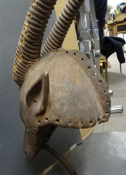 IBO - NIGERIA Masque en bois sculpté patiné figurant une tête d'antilope L. 76 cm...