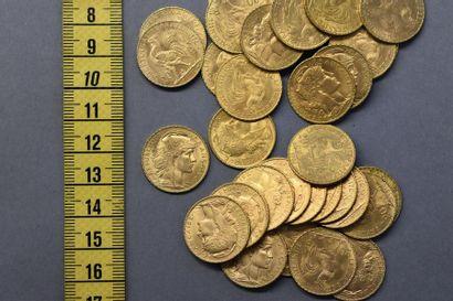 MANNETTE FRANCE Trente-trois pièces de 20 Francs en or - 1 x 1900 - 1 x 1905 - 4...
