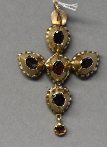 Croix auvergnate du Saint-Esprit en or jaune...