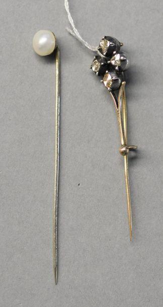 Une épingle à cravate en or gris et perles,...