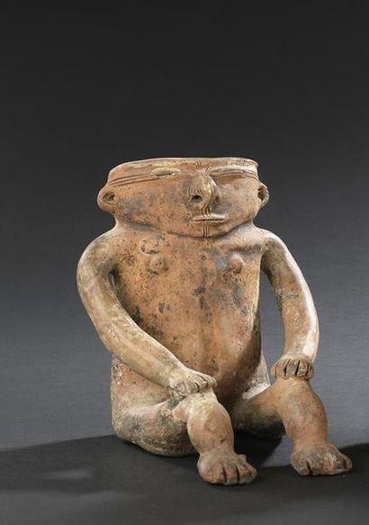 Statuette de femme assise, les mains posées...