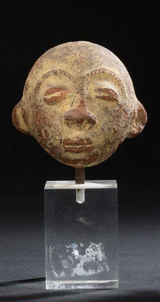 Suite de trois têtes en terre cuite Mali,...