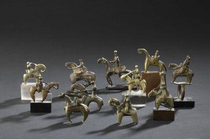 Suite de onze cavaliers en bronze Kotoko...