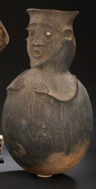 Urne en terre cuite Mambila Cameroun H. 52...