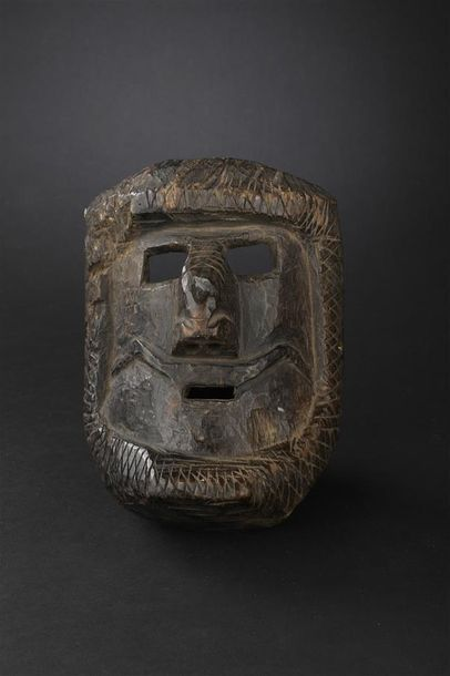 Deux masques dont un à moustache et l'autre à collier de barbe Guatemala XXe siècle...