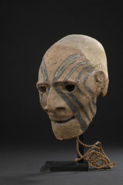 Crâne surmodelé Vanuatu H. 22 cm Ancien crâne surmodelé figurant un visage aux yeux...