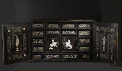 Cabinet en placage d'ébène, de bois teinté et incrustations d'ivoire. La façade...