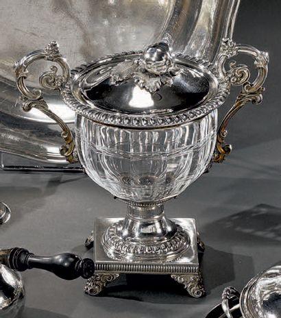 Sucrier couvert en cristal taillé balustre, la monture en argent, les anses à volutes;...