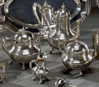 Service à thé et café en argent sur fond...
