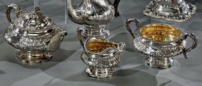 Beau service à thé balustre en argent repoussé,...