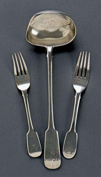 RUSSIE Ensemble en argent uni composé d'une louche et de deux fourchettes de table...