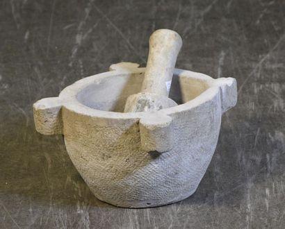 Mortier et son pilon en pierre H. 20 cm L....
